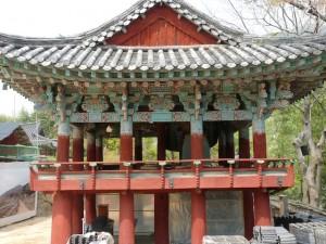 La plupart des temples de Corée possède ainsi une « tour de la cloche » pour appeler tous les êtres sensibles.