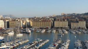 Marseille - Le Vieux Port avec au premier plan les immeubles de la reconstruction dûs à l'architecte Fernand Pouillon ( 1954)